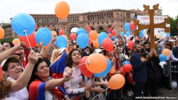 ARMENIA - Supporters of Armenian protest leader Nikol Pashinian gather in Republic Square as parliament holds a session to elect a new prime minister in Yerevan, Armenia May 8, 2018